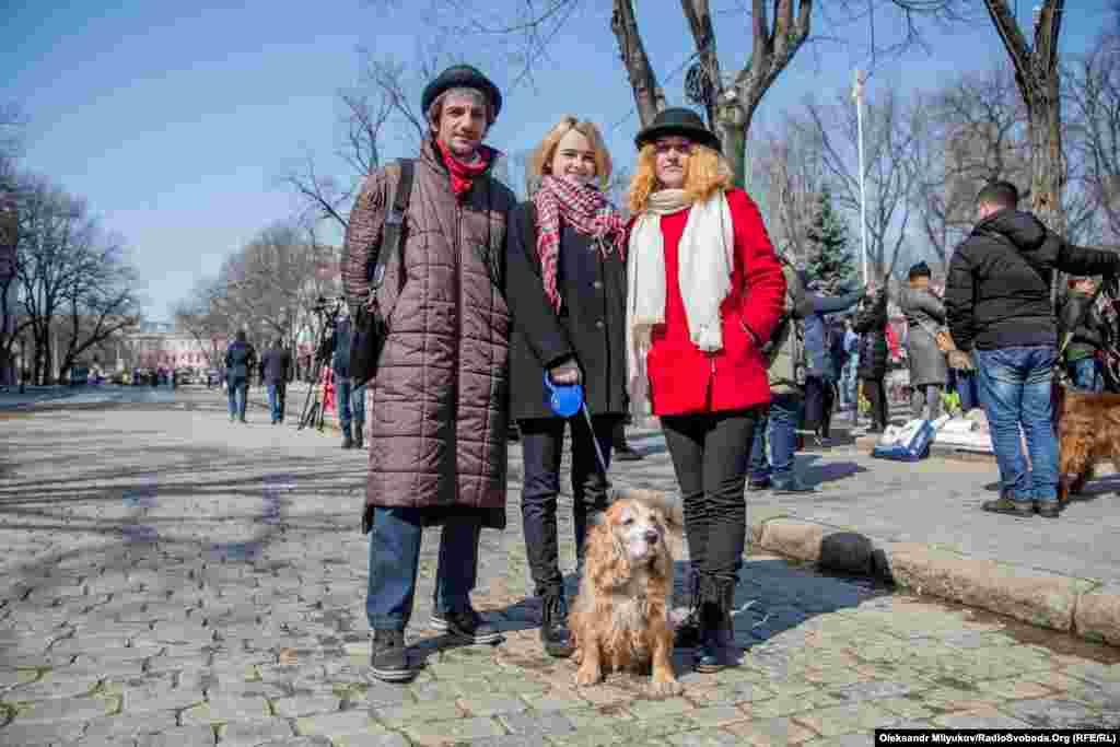 Семья одесситов Барановских со своей собакой Мэри пришла поддержать участников марша.