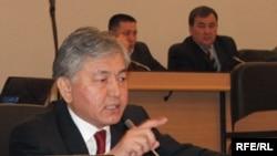 Депутат Иса Өмүркулов (СДП).