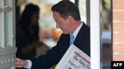 Лідер Консервативної партії Дейвід Кемерон біля власного будинку, Лондон, 11 травня 2010 року