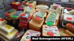 Прилавок с сырами на рынке в Астане. 8 августа 2016 года.