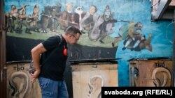 Беларускі мастак і дызайнер Максім Осіпаў побач з уласным муралам на Кастрычніцкай вуліцы