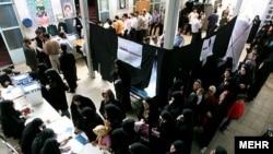 یکی از مراکز اخذ رای در ایران. عکس تزئینی است.