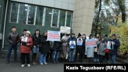Группа поддержки подсудимых Оксаны Шевчук, Гульзипы Джаукеровой, Ануара Аширалиева и Жазиры Демеуовой перед началом суда. Алматы, 6 ноября 2019 года.
