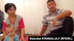 Айгуль и Сагындык Именовы, родители пограничника Мейрхана Именова. Поселок Индербор Атырауской области, 8 июля 2012 года.