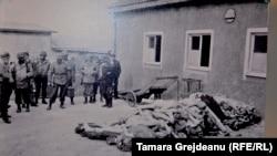 Нацистлар ўлдирилган одамлар жасадлари олдида суратга тушмоқда.