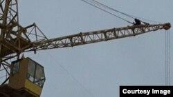 Рабочий нефтесервисного предприятия Oil Construction Company Мейрамбек Куантаев на строительном кране на месторождении Каламкас. Мангистауская область, 11 января 2016 года.