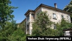 Старый дом на Паршина построен после войны и уже доживает последние дни