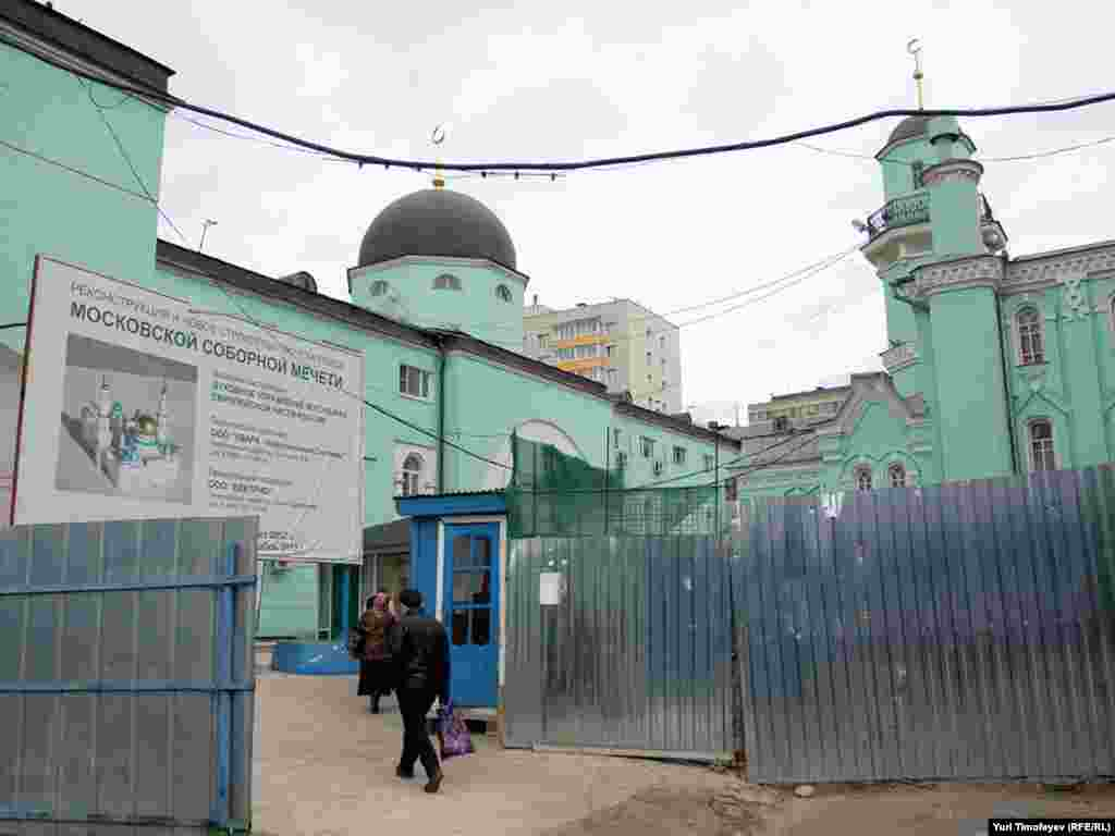 Московская соборная мечеть 1904 года постройки (справа). Фотография от 11 октября 2010