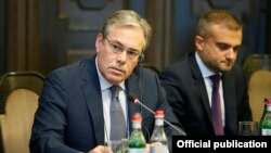 Armenia -- Edward Sellers (L), interim chief executive of the British-American company Lydian International, at a meeting with Armenian officials chaired by Prime Minister Nikol Pashinian, Yerevan, September 7, 2019.