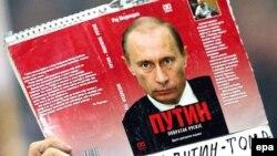Сербиядә дә Путин тарафдарлары бар. Радикал партия вәкиле кулындагы шигарь.