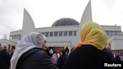 Страсбургте мешіттің ашылу салтанатына келген мұсылман әйелдер. Франция, 27 қыркүйек 2012 жыл.