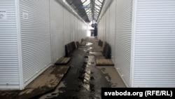 На рынку ЦУМ у Берасьці большасьць ралетаў зачыненыя