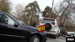 خودروهای دیپلماتیک در مقابل باغ قلهک در خیابان شریعتی.