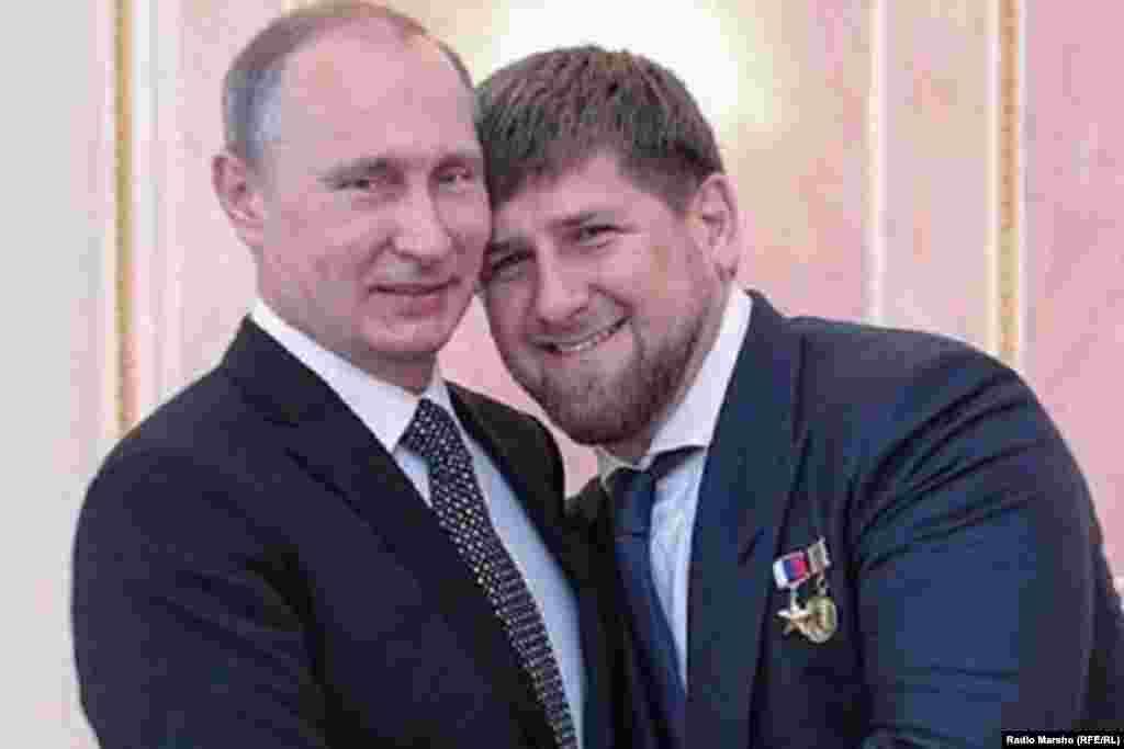 """""""Путин сан кумир ву! Суна чIогIа дукхавеза иза, боршачу стагана борша стаг санна. Шен дешан да ву иза, цо машар беана Нохчийчу. Путин емалвийриг сан мостагI ву!"""" (""""Мой кумир — Владимир Путин. Я очень люблю его, как только мужчина может любить мужчину. Он человек слова, он принес мир в Чечню. Те, кто критикует Путина, нелюди, они — мои личные враги».)"""