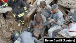 Поиски выживших после разрушительного землетрясения в городе Аматриче в Италии. 24 августа 2016 года.