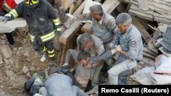 Құтқарушылар зілзала салдарынан қирандылар астында қалып қойған адамды сыртқа шығарып жатыр. Аматриче, Италия, 24 тамыз 2016 жыл.