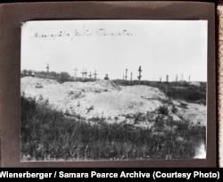 «Братські могили для голодуючих» (авторський підпис). Поблизу Харкова, 1933 рік. Фото Александра Вінербергера. Публікується вперше в оригінальному вигляді. Надано власником авторських прав Самарою Пірс