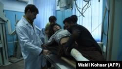 Пораненому співробітнику готелю «Інтерконтиненталь» надають медичну допомогу в одному зі шпиталів Кабулу, 22 січня 2018 року.