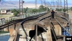 От грузинских железных дорог сегодня немного толку. Разрушенный мост в Каспи
