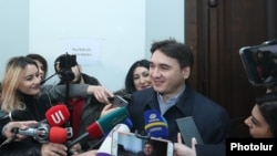 Армен Геворкян в суде отвечает на вопросы журналистов (архив)