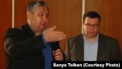 KPI компаниясы басқармасының бастығы Сәдуақас Мералиев (сол жақта) және сарапшы Олег Картавцев. Атырау, 4 сәуір 2013 жыл.