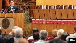 """Премиерот Никола Груевски на промоцијата на изданијата од едицијата """"130 тома македонска книжевност"""" на англиски јазик во МАНУ на 8 септември 2011 година."""