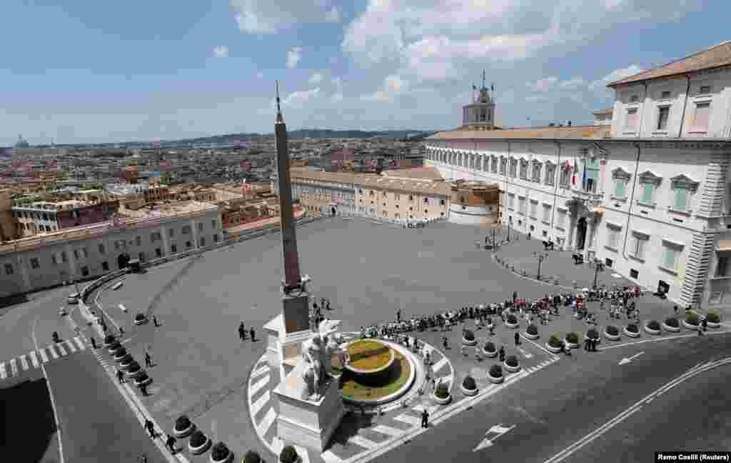 Квиринальский дворец (Рим, Италия). Это резиденция президентов Италии. Дворец построен в 1573 году.Площадь дворца– более 110 тысяч квадратных метров. Он украшен фресками Гвидо Рени и Мелоццо да Форли. Сначала дворец служил летней резиденцией для папы Григория XIII. Долгое время в стенах дворца происходили конклавы Ватикана