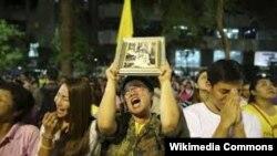 Тайцы выражают траур по умершему королю.