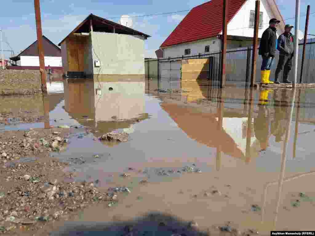 Вода затопила недавно построенные дома и улицы на окраине деревни.