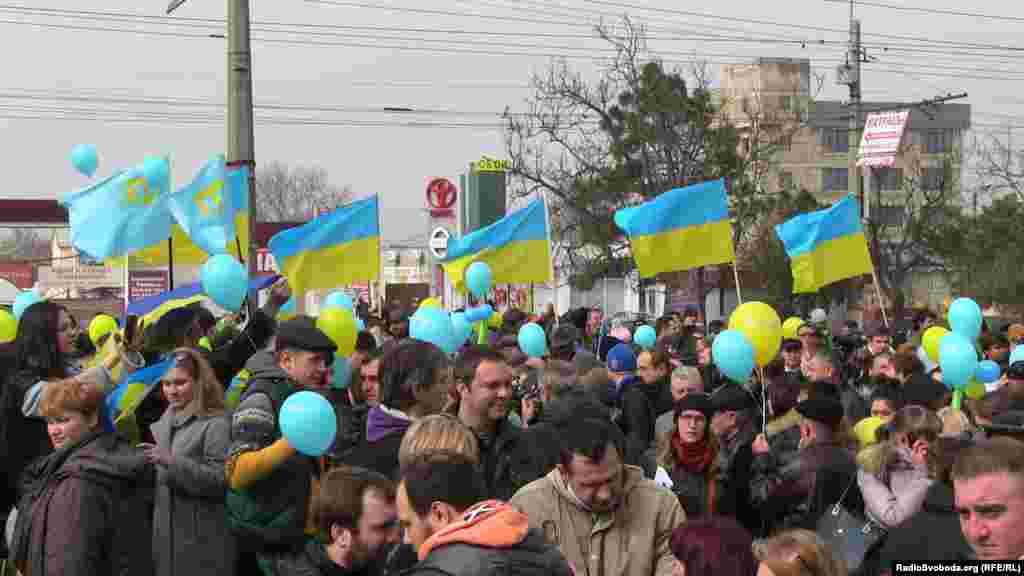 Март 2014 года – начало незаконной аннексии. Триколоры заполонили улицы городов, на охрану общественного порядка встала так называемая самооборона, а украинские военные части блокируют «зеленые человечки».В такой атмосфере день рождения Тараса Шевченко 9 марта стал поводом, чтобы напомнить России об украинском Крыме