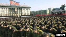 Пхеньянда қайтыс болған президент Ким Чен Ирді аза тұтуға жиналған адамдар. Солтүстік Корея, 29 желтоқсан 2011 жыл.