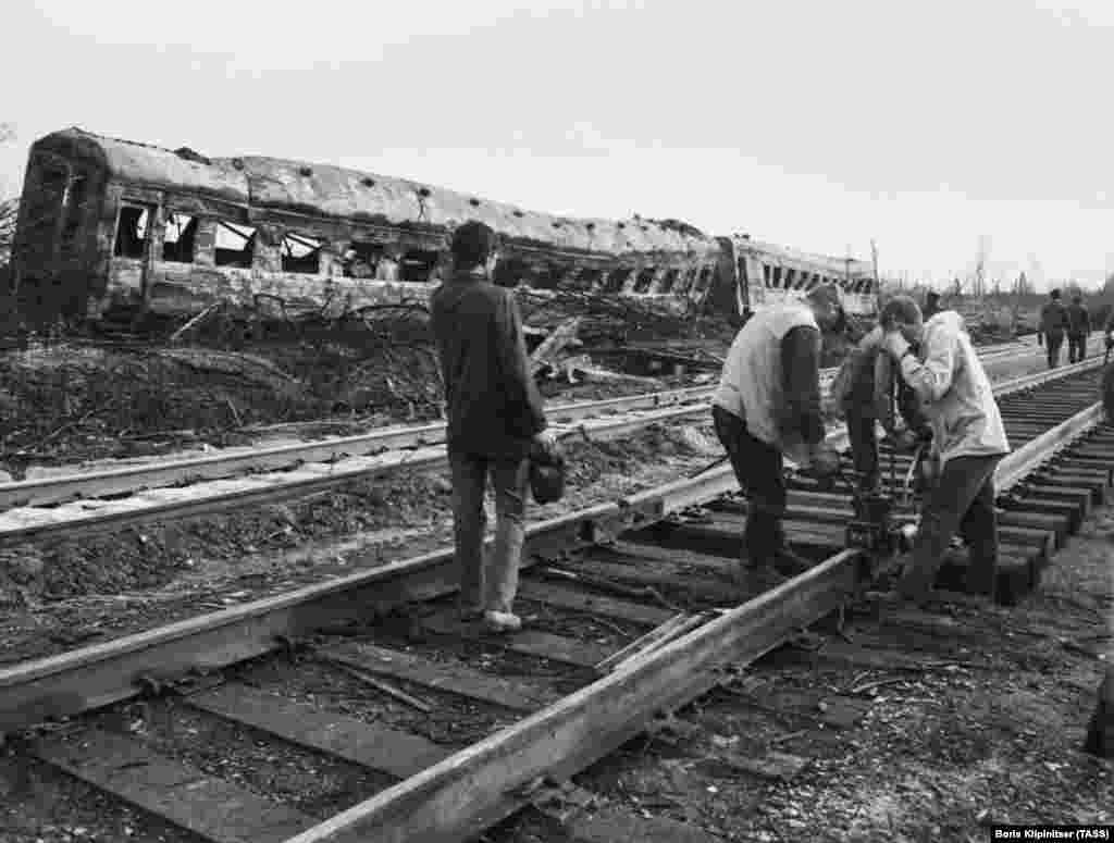 Аварийные бригады восстанавливают железнодорожное полотно.