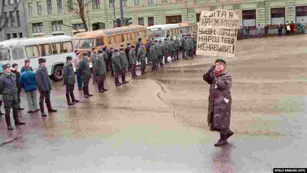 Жанчына на акцыі пратэсту супраць захопу савецкімі войскамі тэлецэнтра ў Вільні пасьля абвяшчэньня выхаду Літвы са складу СССР. Масква, 13 траўня 1991 году
