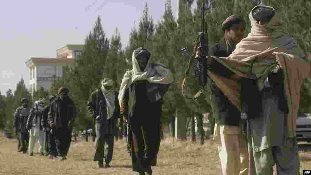 Бывшие талибы во время церемонии передачи оружия властям в провинции Герат, 2012.