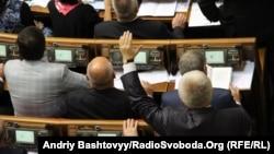 Народний депутат від Партії регіонів Михайло Чечетов показує провладній коаліції, як голосувати