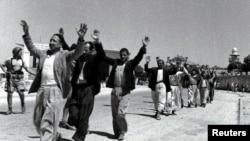 در این عکس بازمانده از اول ژوئیه ۱۹۴۸، ساکنان عرب رمله در نزدیکی تلآویو پس از یک درگیری در چارچوب جنگ استقلال، در حال تسلیم شدن به نیروهای یهودی دیده میشوند.