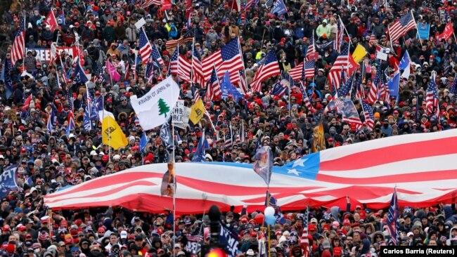 تظاهرات طرفداران دونالد ترامپ همزمان با برگزاری نشست کنگره برای تایید نتایج انتخابات ریاستجمهوری