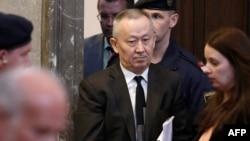 Бывший председатель КНБ Альнур Мусаев входит в зал окружного уголовного суда в Вене. 14 апреля 2015 года.