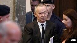 Бывший председатель КНБ Альнур Мусаев и бывший сотрудник КНБ Вадим Кошляк входят в зал окружного уголовного суда в Вене. 14 апреля 2015 года.