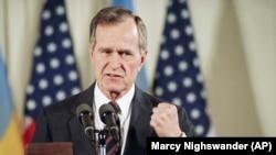 Президент США Джордж Буш на тлі прапорів України і США під час прес-конференції в Білому домі після підписання угоди з президентом України Леонідом Кравчуком щодо ядерної зброї. Вашингтон, 6 травня 1992 року