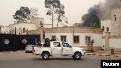 Триполи қаласы орталығында көлікте отырған қарулы адамдар. (Көрнекі сурет)