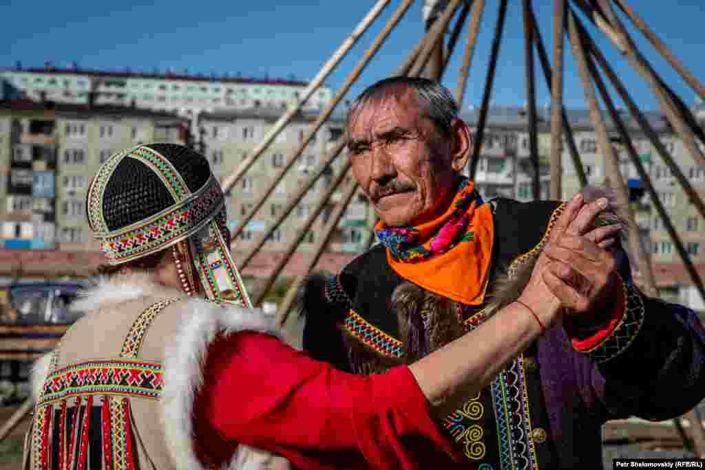 """Нагасаны – самая северная народность в Евразии. Число нагасанов не превышает 900 человек. В основном они занимаются оленеводством и охотой. Название народности в переводе означает """"товарищ""""."""