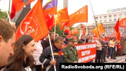 Червоні стяги з комуністичною символікою під час святкувань 1 травня в окупованому Донецьку