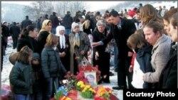 Nesrete Kumnova na jednom od ukopa albanskih žrtava ekshumiranih na Kosovu.
