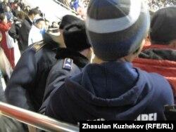 «Қазақстан» спорттық кешеніне хоккей көруге келген жұрт. Астана, 5 ақпан 2011 жыл. (Көрнекі сурет)