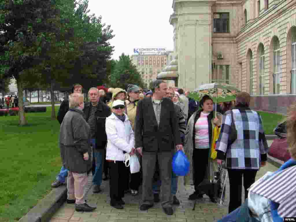 После окончания акции десятки пенсионеров разбились на группы и выстроились у левого крыла гостиницы «Украина».