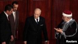 الرئيس التونسي المنتخب حديثاً باجي قايد السبسي (وسط) في طريقه لأداء القسم أمام الجمعية الوطنية