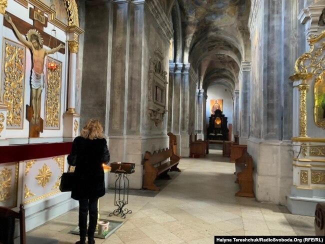 Вірні заходили у храм помолитись і запалити свічку