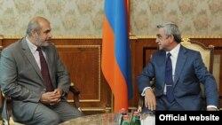 Президент Армении Серж Саргсян (справа) принимает спецпредставителя ЕС по вопросам Южного Кавказа и кризиса в Грузии Филиппа Лефора, Ереван, 12 сентября 2012 г.