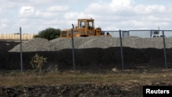 Будівельна техніка на місці спорудження російської військової бази в селі Солоті Білгородської області Росії, 7 вересня 2015 року